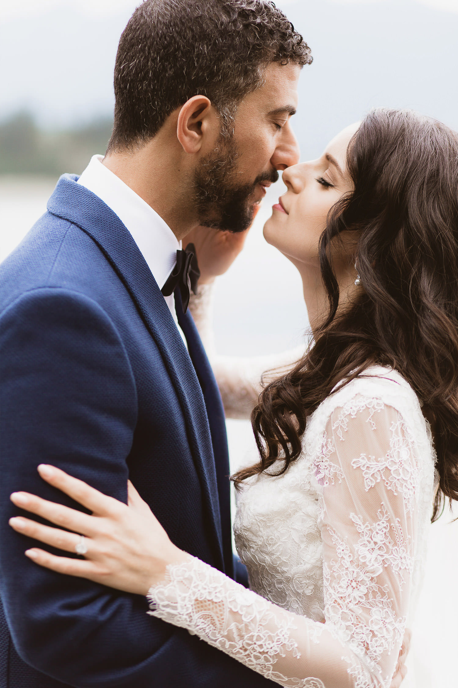 Exclusive wedding, couple session in downtown Vancouver - sweet kiss | Photo: Camilla Anchisi