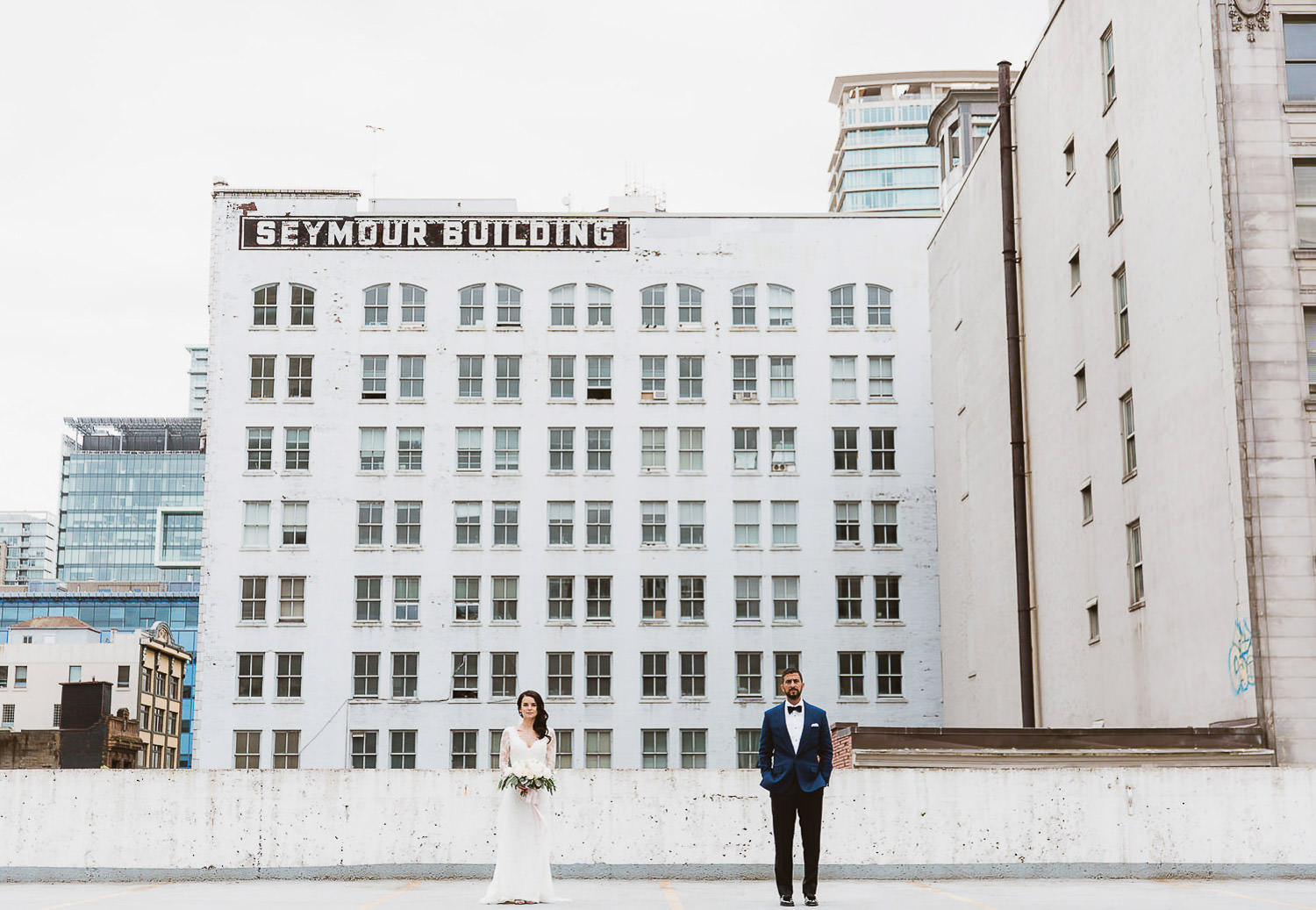 Stylish chic wedding, portrait in downtown vancouver rooftop | Photo: Camilla Anchisi