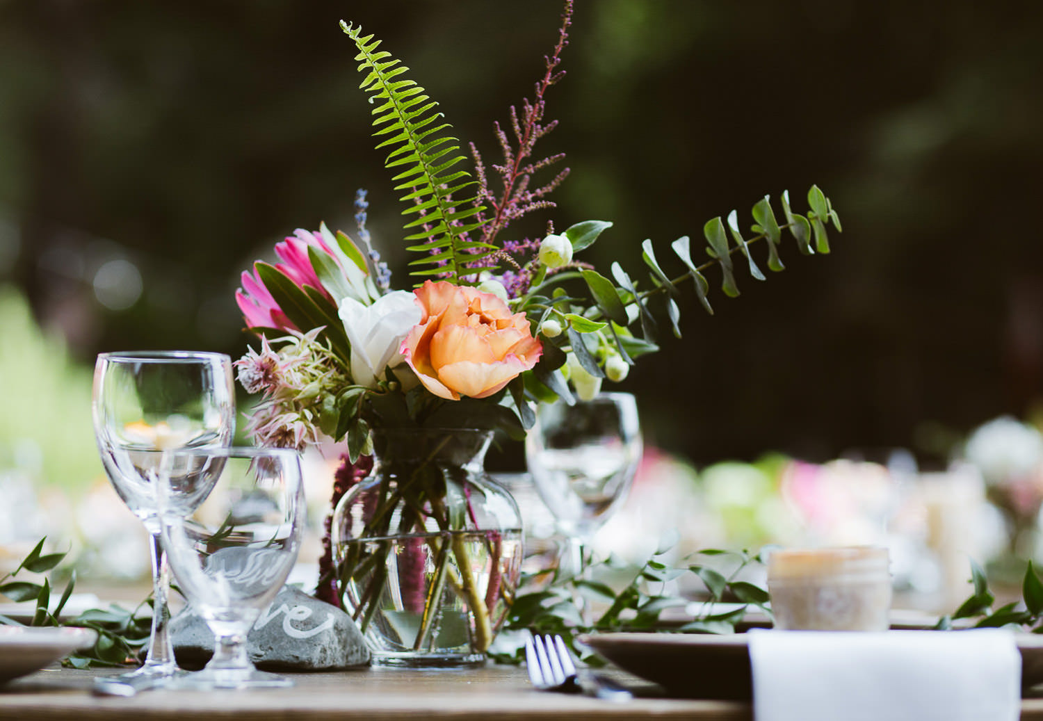 Rustic chic wedding decor for a romantic wedding into the woods | Photo: Camilla Anchisi
