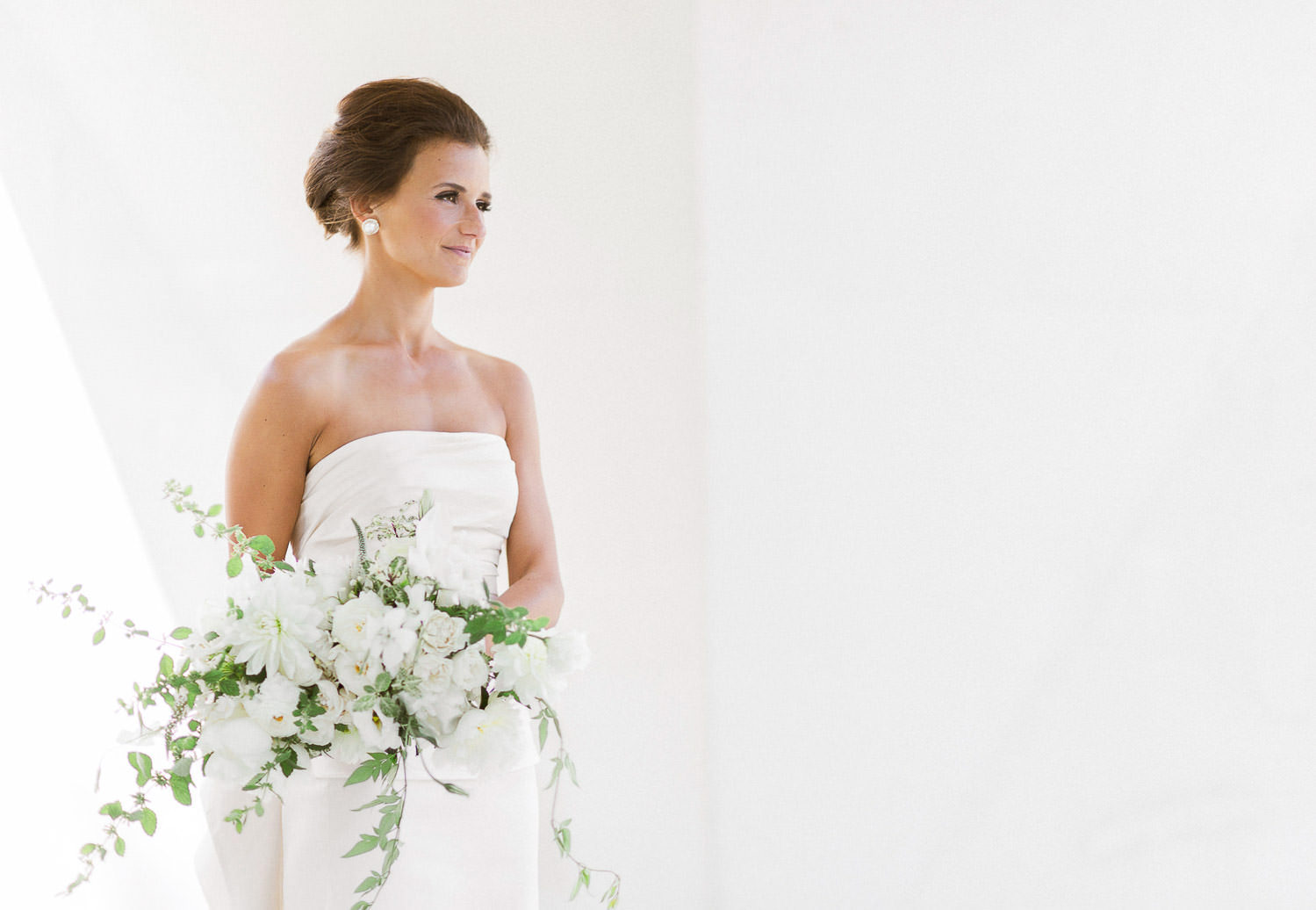 Stunning bride with Oscar de la Renta gown and organic bouquet in her Tuscany inspired wedding | Photo: Camilla Anchisi