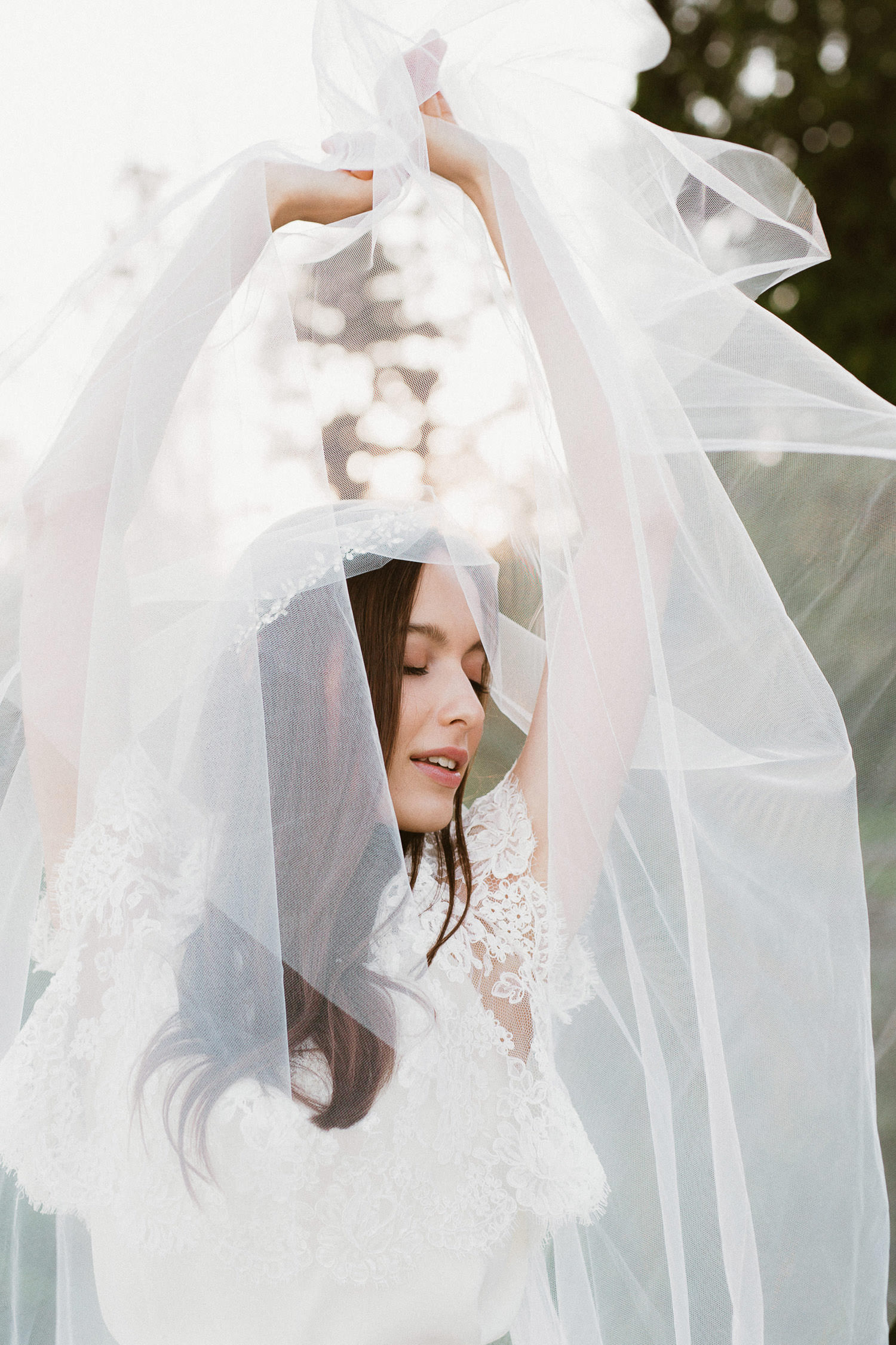 Bohemian bride with delicate veil - Boho elopement | photo: Camilla Anchisi