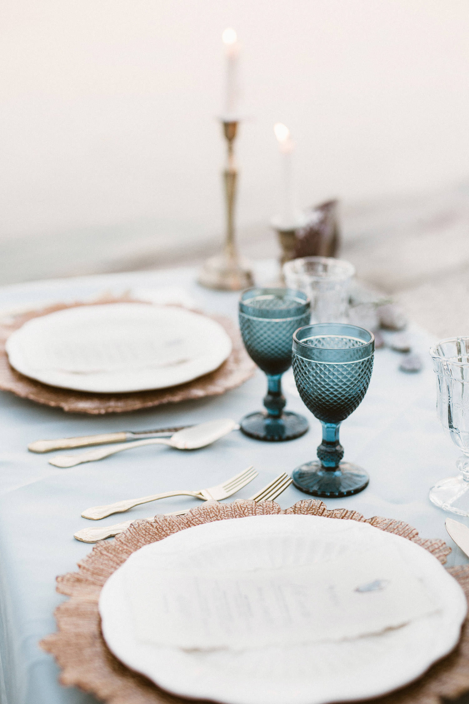 Refined and elegant table setting for a coastal wedding inspiration. Photo: Camilla Anchisi - Italy wedding photographer