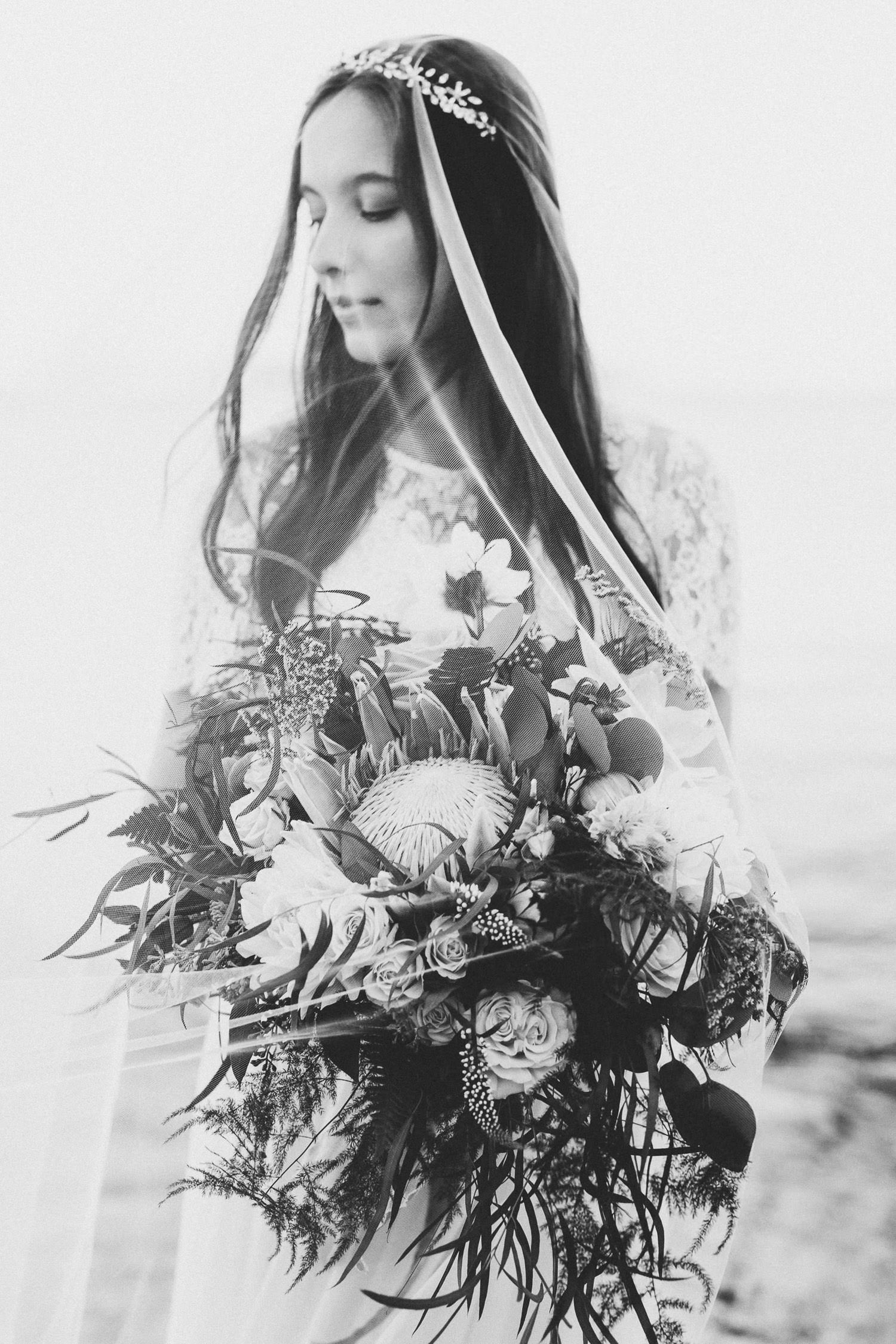 Gorgeous bride with flowing botanical inspired bouquet - Boho wedding | Photo: Camilla Anchisi - Italian wedding photographer