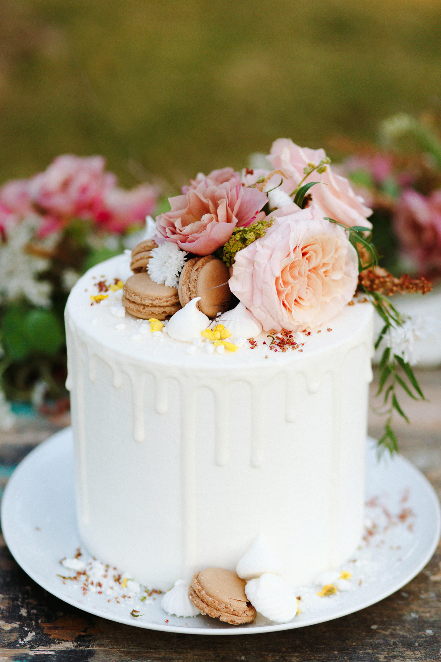 Drip Cake with macarons and flowers by Nana & Nana Cakes - Photo: Camilla Anchisi