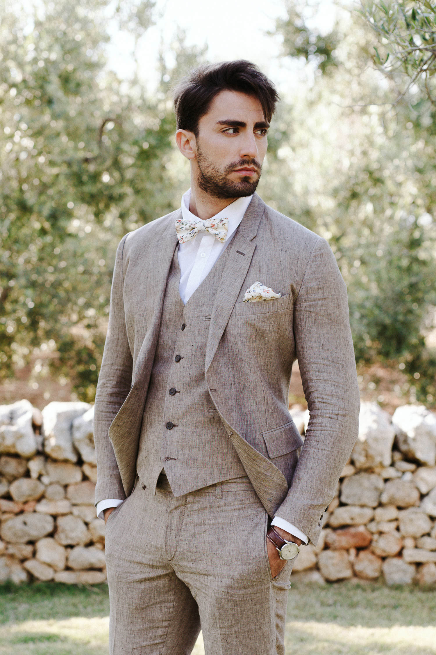 Handsome groom with a Linneo Archivable Clothing suit - Photo: Camilla Anchisi