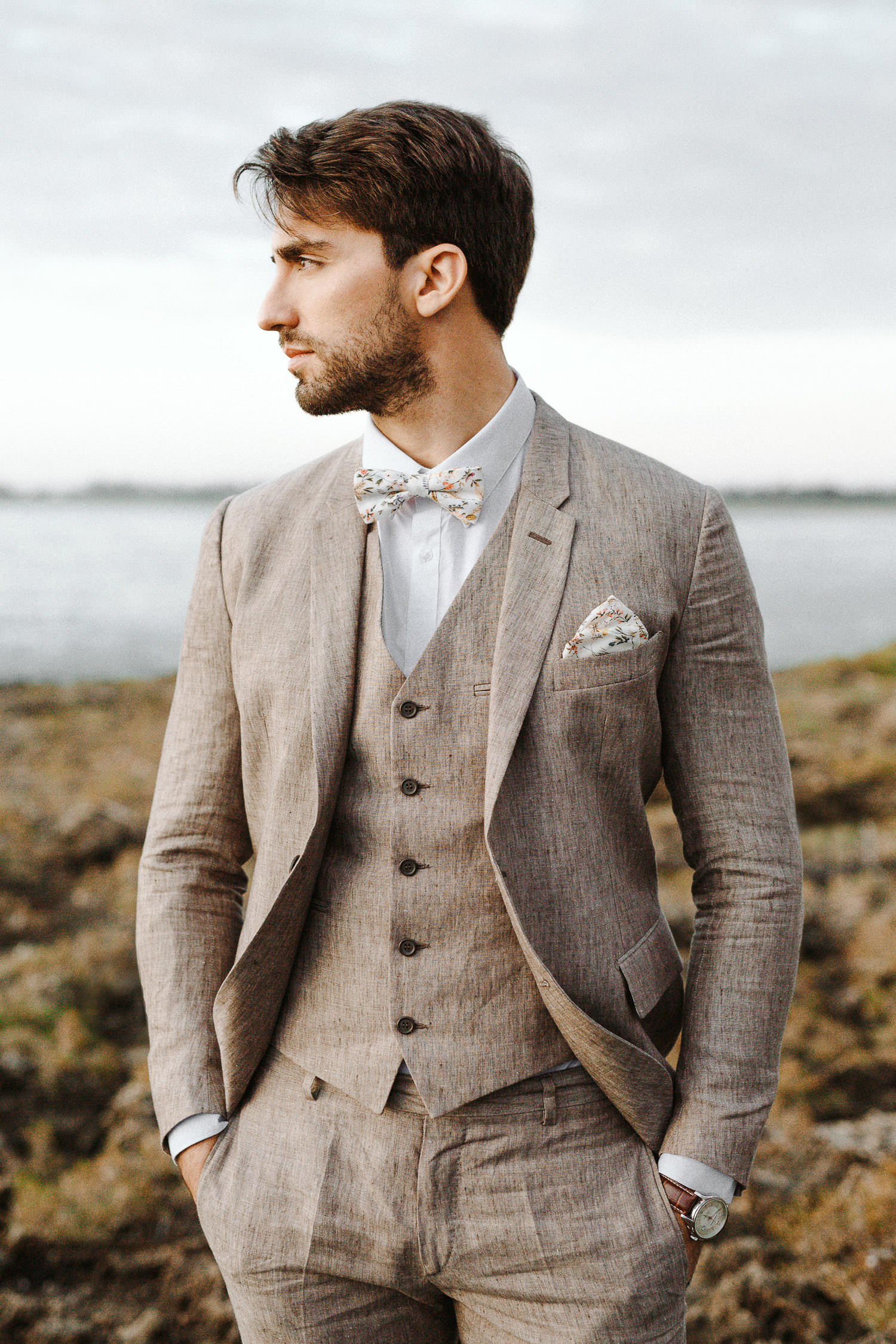 Stylish groom wearing a tailor made Linneo Archivable Clothing suit - Photo: Camilla Anchisi