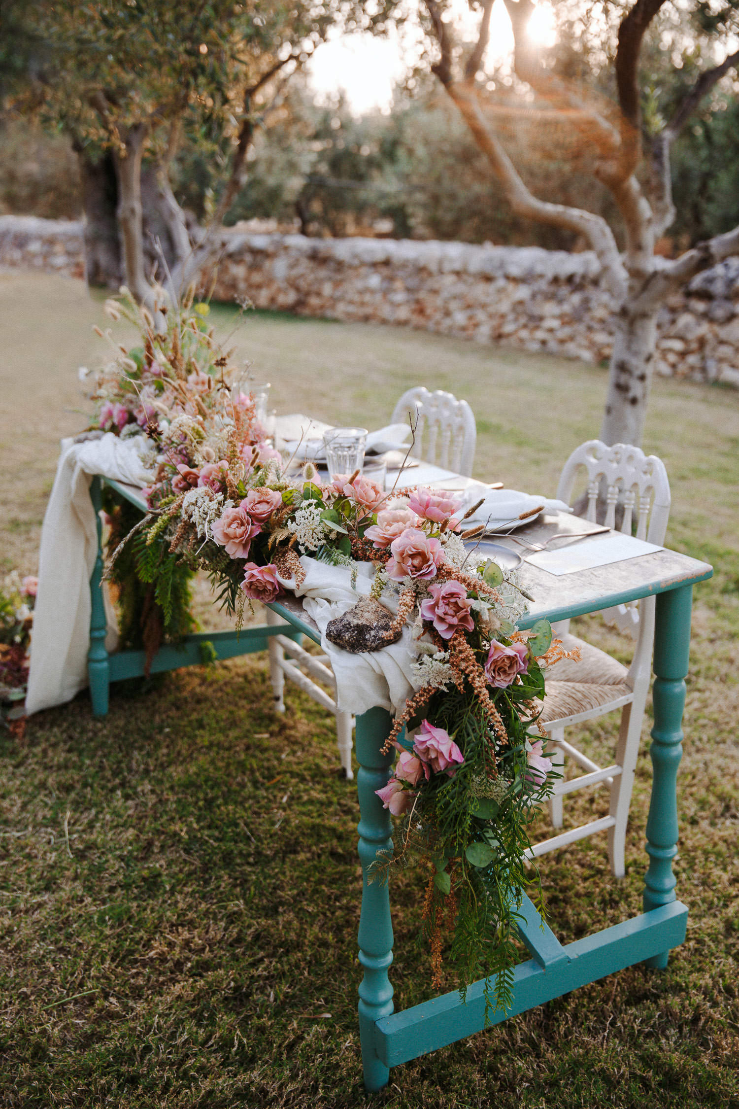 Gorgeous wedding tablescape for an alfresco dinner in Puglia masseria - Photo: Camilla Anchisi
