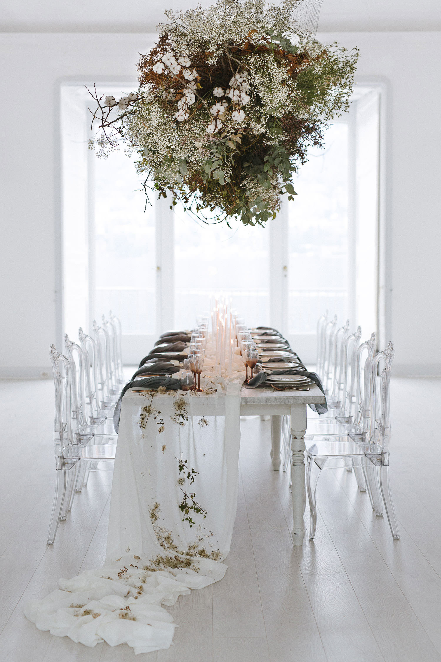 Intimate and refined wedding on Lake Como: stunning hanging floral decor for a wedding in Villa Bianca Stucchi, Cernobbio. Photo: Camilla Anchisi - Lake Como wedding photographer