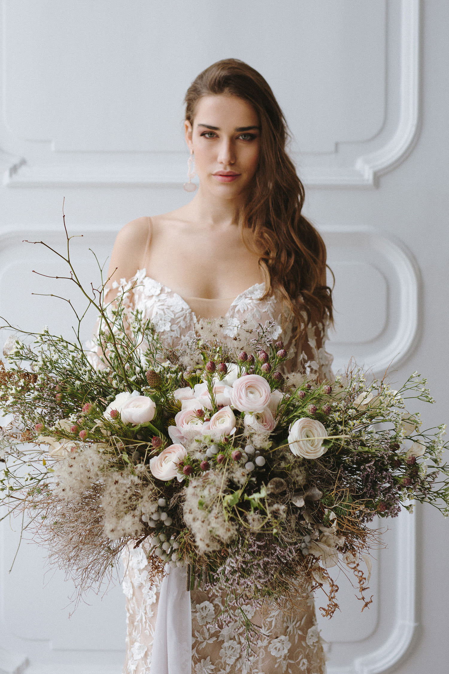 Gorgeous elegant bride wearing a stunning Tara Lauren dress. The botanical bouquet by Figli dei Fiori, Como | Photo: Camilla Anchisi Lake Como wedding photographer