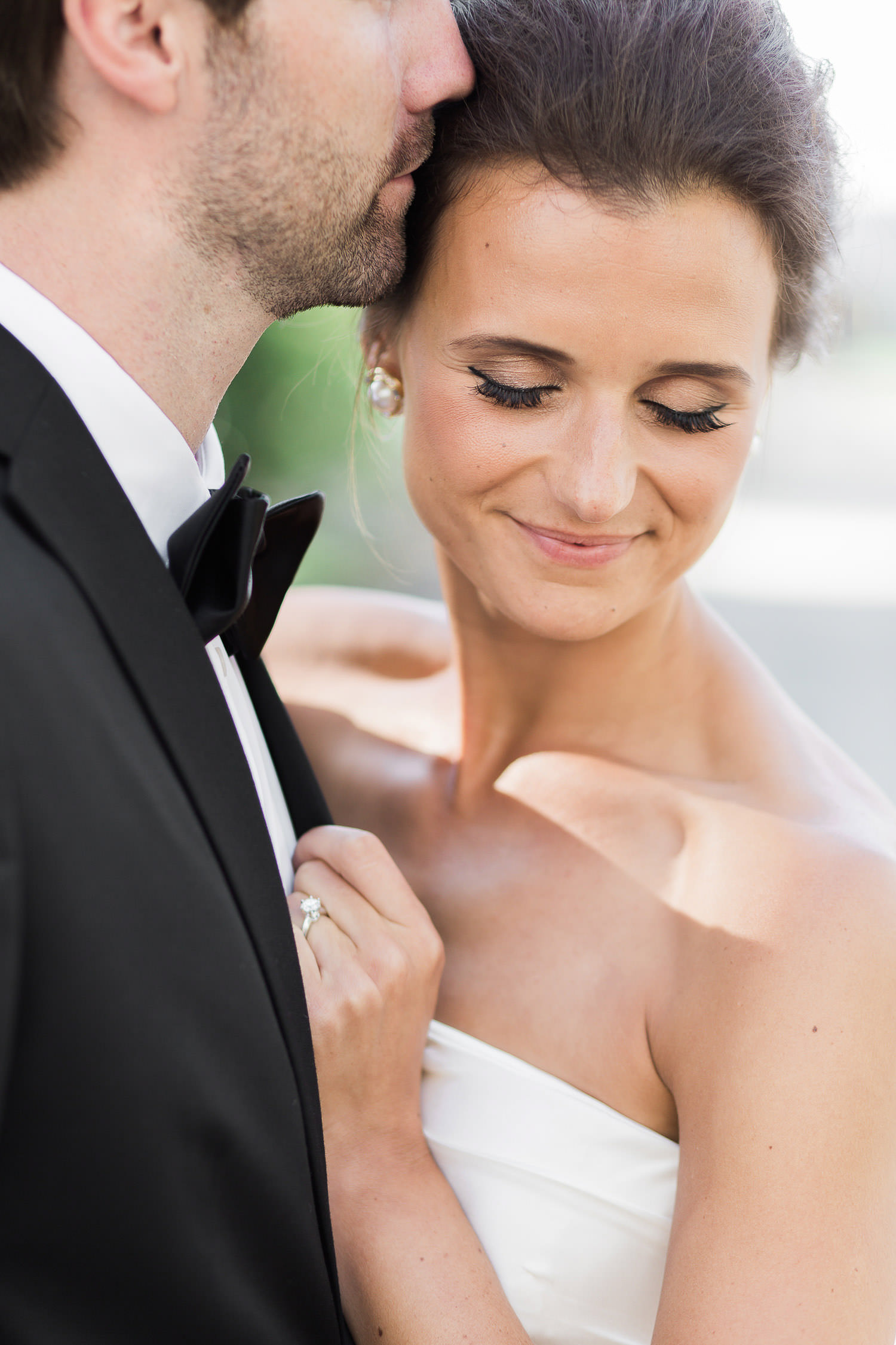 Sweet kiss during couple session | Photo: Camilla Anchisi