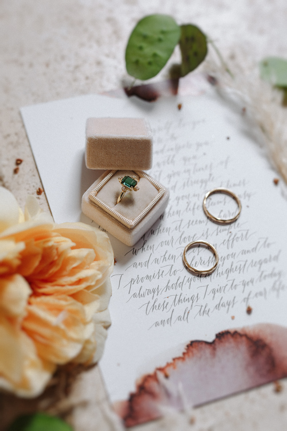 Stunning emerald engagement ring by My golden age lab | Photo: Camilla Anchisi Photography