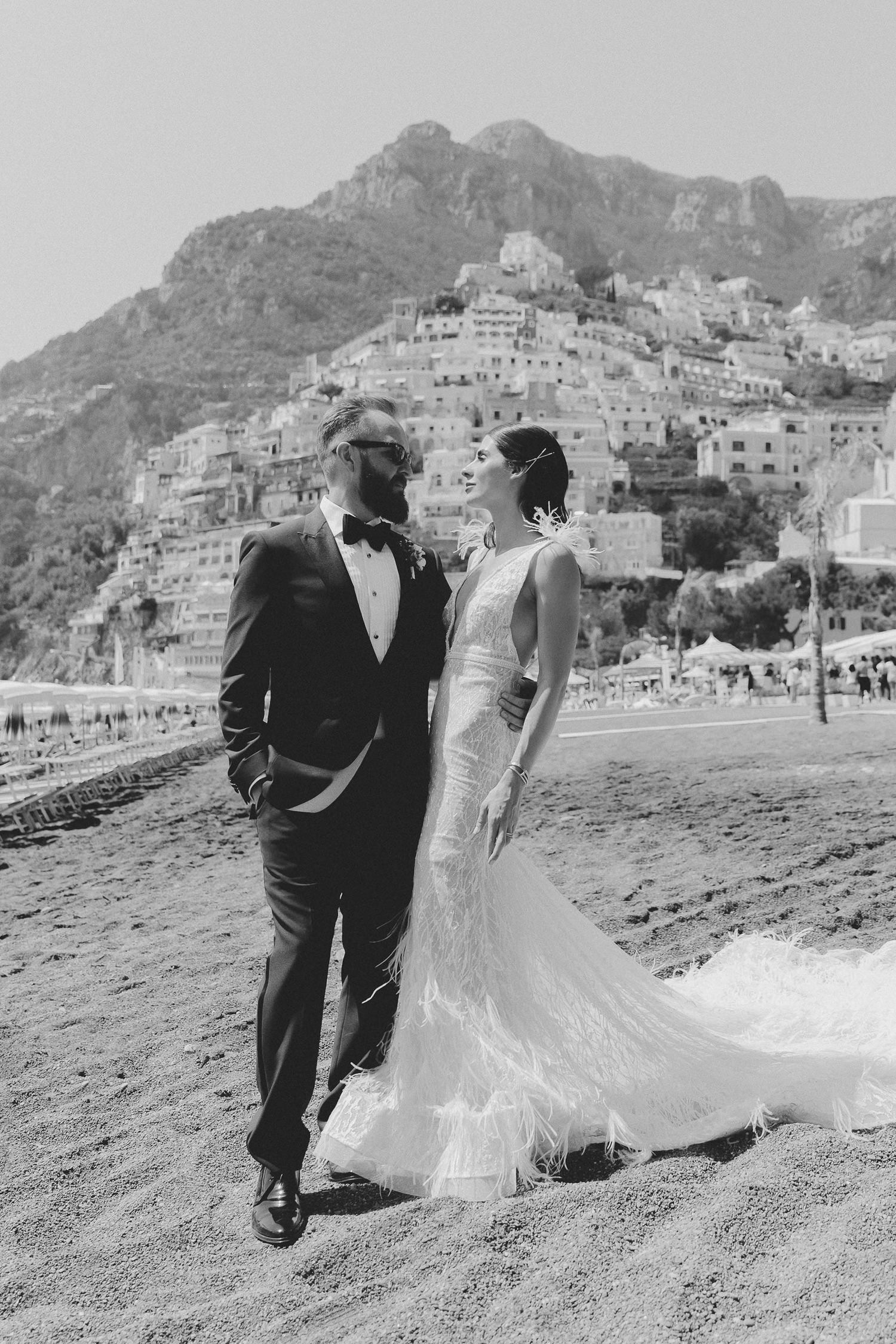 Luxury wedding on the Amalfi Coast. Bride and groom's portrait at the beach in Positano | Photo: Camilla Anchisi Photography